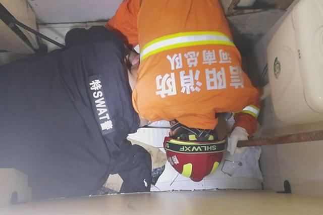 信阳一男子手臂被卡便池 消防15分钟解救(图)