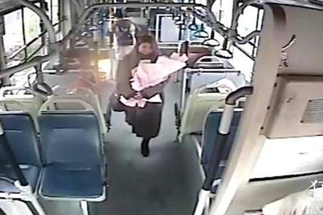 情人节! 郑州一美女公交车上勇敢示爱帅气车长被拒绝