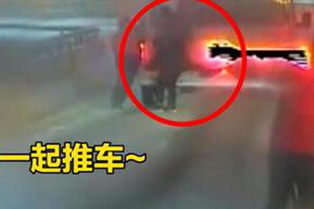 大雪天急救车打滑被困 郑州车长与乘客合力推车解围