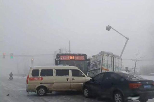 """一大早就""""亲密接触""""?郑州一路口4车连撞扭在一起"""