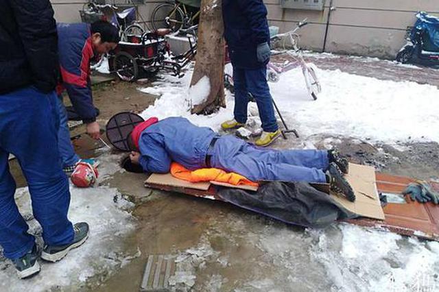 郑州某小区地下阀门漏水 抢修人员卧雪抢修一小时
