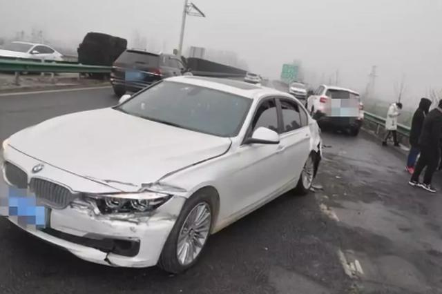 宁洛高速三车相撞现场一片狼藉 记录仪拍下车祸全过程