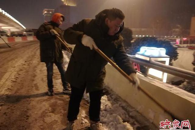 郑州出动180支除雪队伍彻夜奋战 为你扫出1090条街道