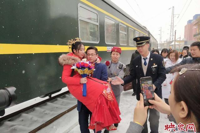 暖心!当大婚遇上大雪 郑州一慢火车变身婚车