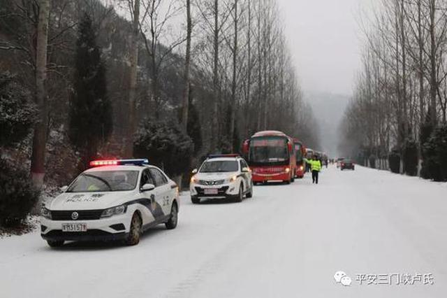 三门峡卢氏交警冰雪中护送700名乘客安全出境