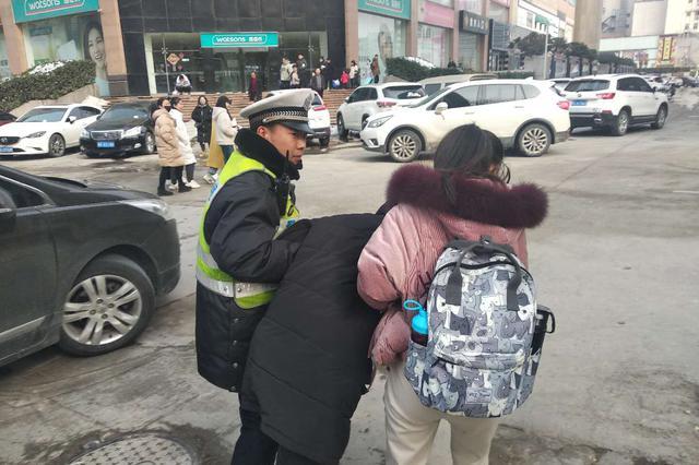 病人疼痛呕吐不止 郑州民警接力安全送医