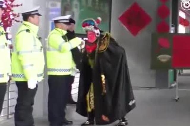 """郑州车长在交警眼皮子底下玩""""变脸"""" 交警却连连叫好"""