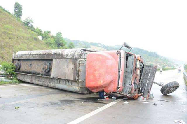 32吨油罐车雪天侧翻 通许县交警消防紧急处置