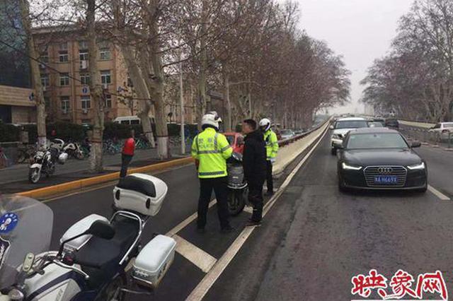 危险!郑州一男子骑电动车上高架被交警拦下接受处罚