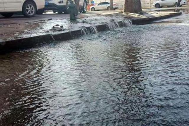 消防栓被撞断道路瞬间被水淹没 肇事越野车扭头跑了
