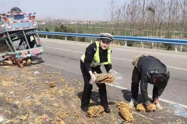 小货车爆胎麻花倾翻散落商丘高速 交警化身搬运工