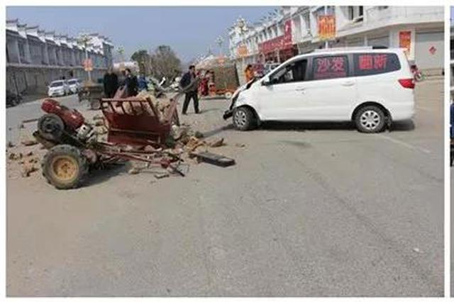 太可怕了!方城街头两车相撞 一车被撞散架!