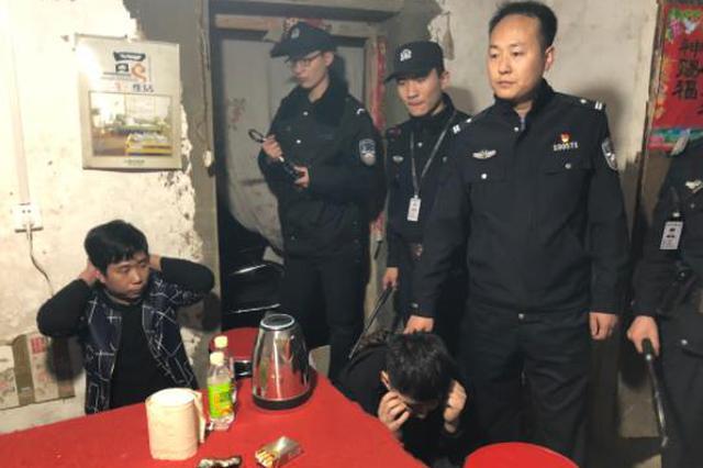 新密偏僻破屋里藏了8个人 偷摸干这事儿被警方一窝端