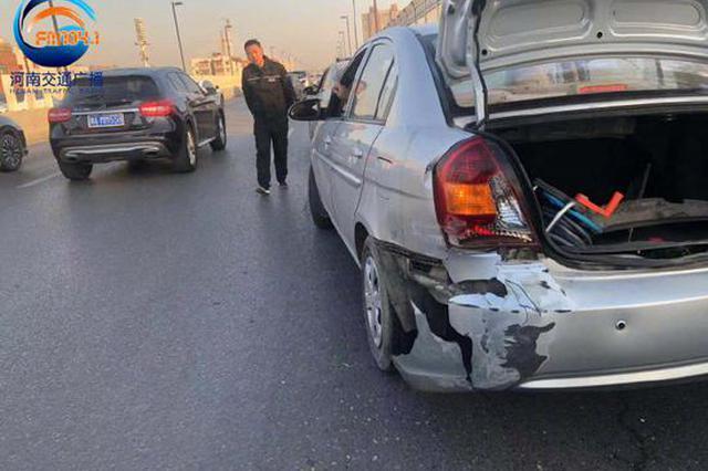 惊险!郑州一私家车为躲避前车掉落的货物 撞到护栏