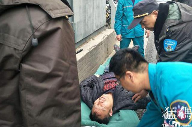 郑州打工男子过于劳累栽倒在公交上 大家伸出援手