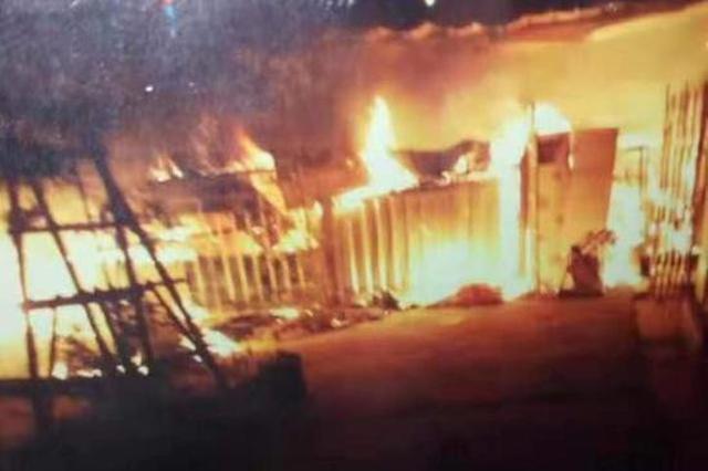 惊险!郑州一小区车棚着火 40多辆电动车被烧毁