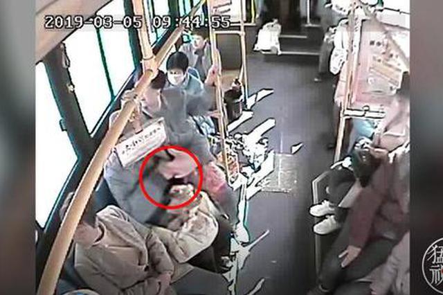 监控拍下一男子洛阳公交车偷窃被逮正着 众人制服