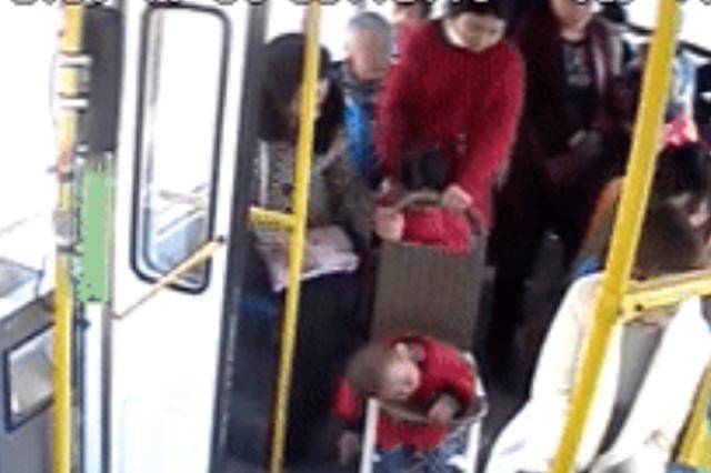 乘客没给孕妇让座 任性公交司机不开车:为安全着想
