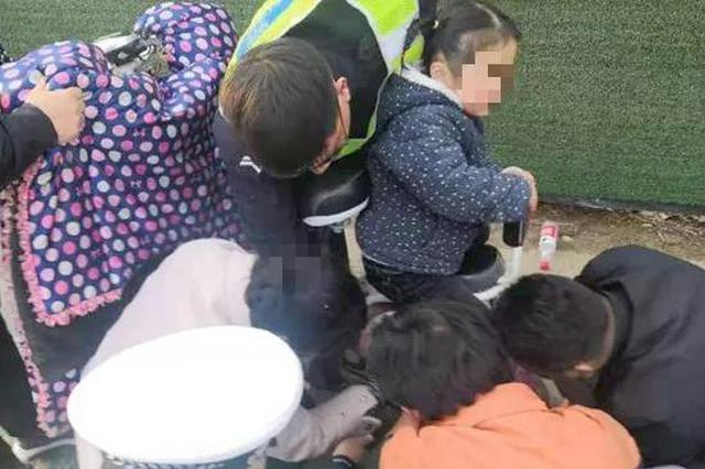 焦作温县一女童脚卡车轮中 交警赶到帮解脱