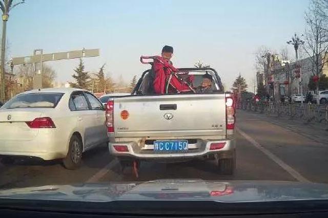 """皮卡车后车厢载小孩?太危险!勿让货车变""""祸车"""""""