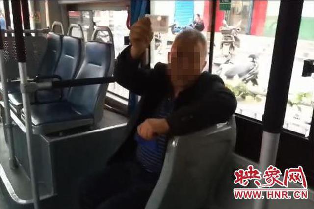 乘客醉酒大闹公交 郑州车长热心帮忙反被误会
