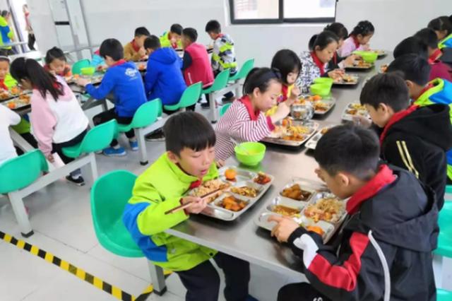 学校要建立中小学幼儿园负责人陪餐制度 4月1日执行