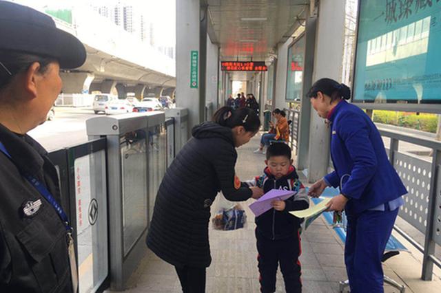 5岁男孩出门迷失公交站台 郑州站务长悉心照顾将其送
