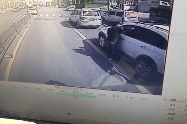 """郑州公交车车长够霸气 旁边车窗扔垃圾直接""""还回去&quot"""