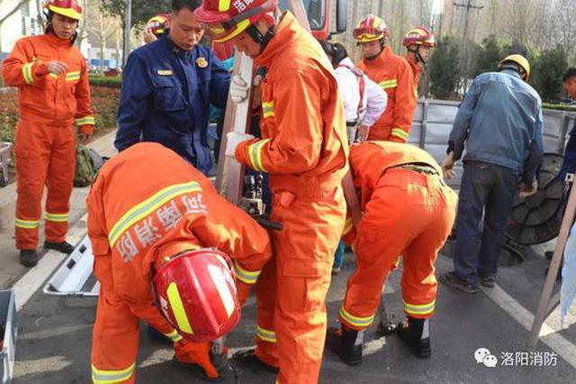 工人跌落窨井摔断腿 洛阳消防及时相救化险为夷