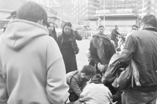 平顶山男子街头心脏骤停 3人接力救援挽回生命
