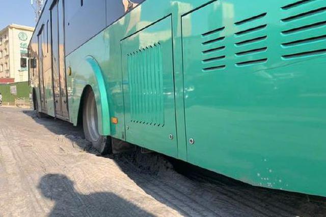 郑州一公交车陷落路面 影响经三路与黄河路路口通行