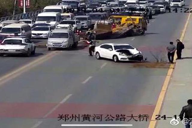 郑州老黄河桥发生2车事故 一车受损严重只剩框架