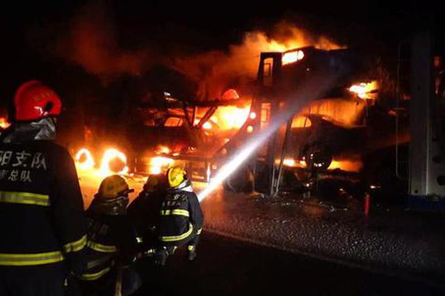 安阳高速上两货车相撞火光冲天 5台新车烧成渣