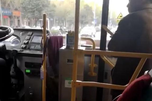 公交车上 农民工因太脏被司机呵斥下车拍净后再上车