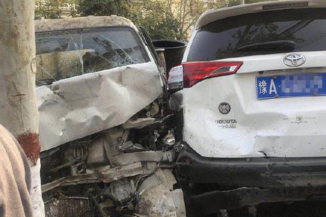 图片易引起不适!郑州街头泔水车被撞 私家车遭殃