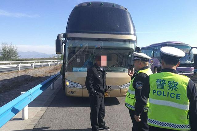 大客车出故障高速停车 未摆警告标志被济源交警处罚