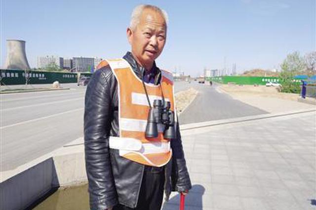 有创意!挂望远镜 郑州环卫工在马路上监控路面卫生