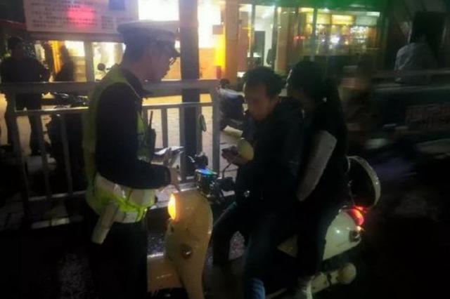 郑州交警对二七路开展为期一个月的交通秩序专项整治