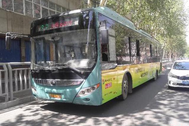 """郑州一公交车正在行驶中遭""""袭击"""" 玻璃被打成蜘蛛网"""