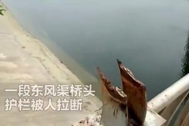郑州桥头护栏被当成健身器 20米钢管被人硬生生掰掉