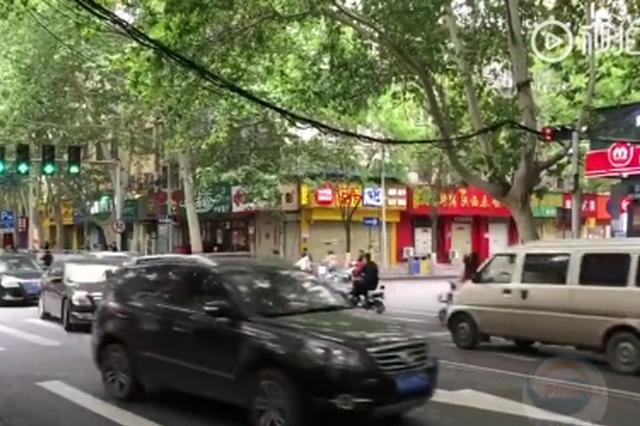 小心!郑州路口电线垂落 过往车辆要小心