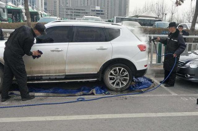 路边停放的脏车 郑州将全市推行强制免费洗车? 回应