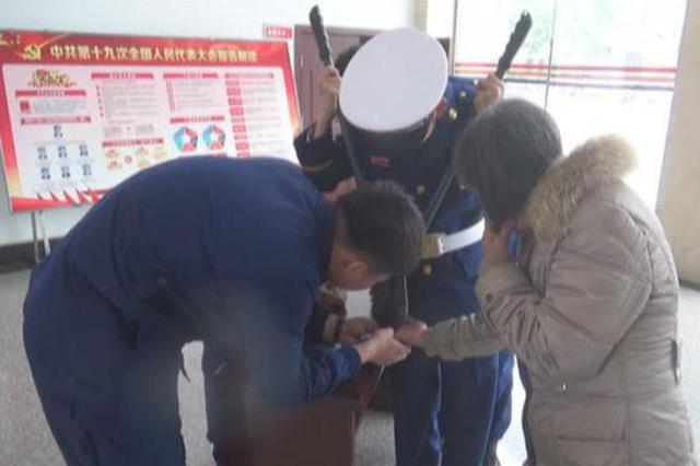 六旬老人碳钢戒指卡手 洛阳消防成功摘取