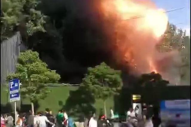 现场视频来了!郑州一小吃街突发大火 无人员伤亡