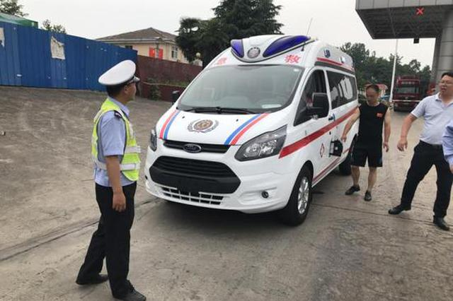 载着危重病人的山东救护车在高速上没油了 河南高速交警紧急援