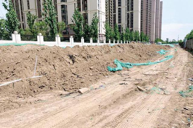 郑州高新区两处工地黄土裸露 车辆经过尘土飞扬