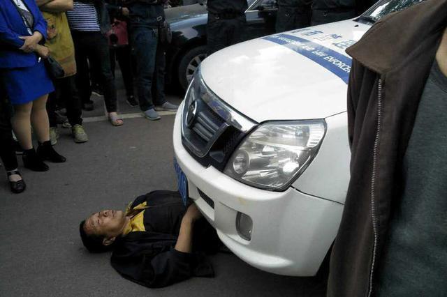 网传鹤壁城管街头围殴群众 城管局长回应