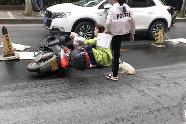 """郑州公交车过钢板后留下200米""""油路"""" 20位路人被撂"""