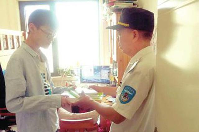 郑州巡防骑车追收废品老汉 帮高三男生找回复习资料