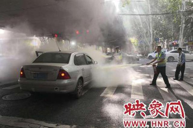 郑州街头一私家车发生自燃 执勤民警立即冲了上去